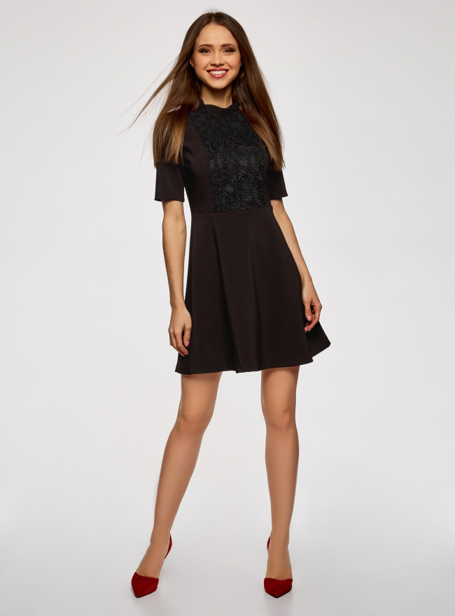 Платье с декоративной отделкой горловины и вставкой из кружева oodji #SECTION_NAME# (черный), 11913033/42250/2900N