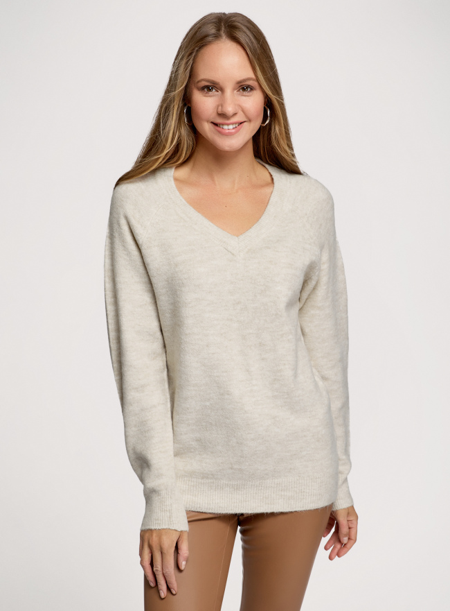 Пуловер удлиненный с V-образным вырезом oodji для женщины (бежевый), 63807333/48517/3300M